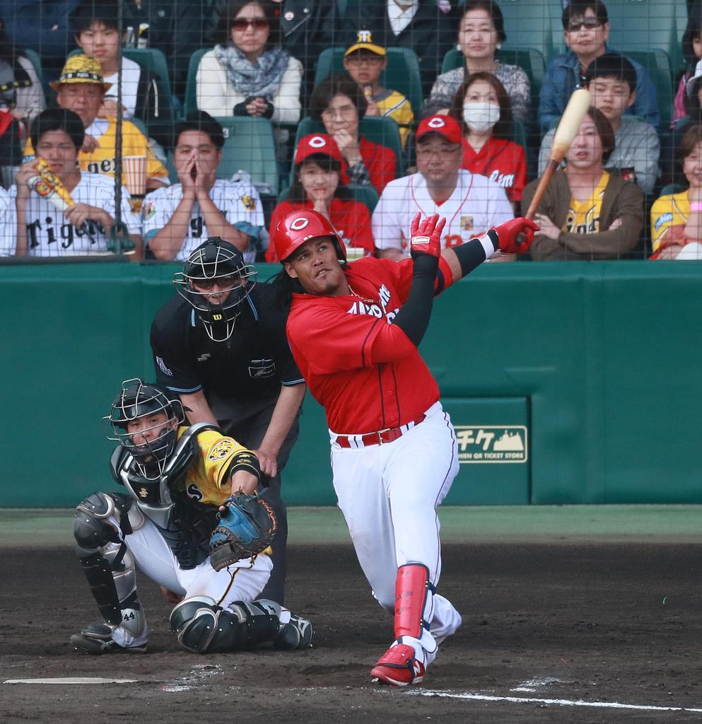 【阪神対広島】9回、2点本塁打を放つ広島・バティスタ=甲子園球場(松永渉平撮影)