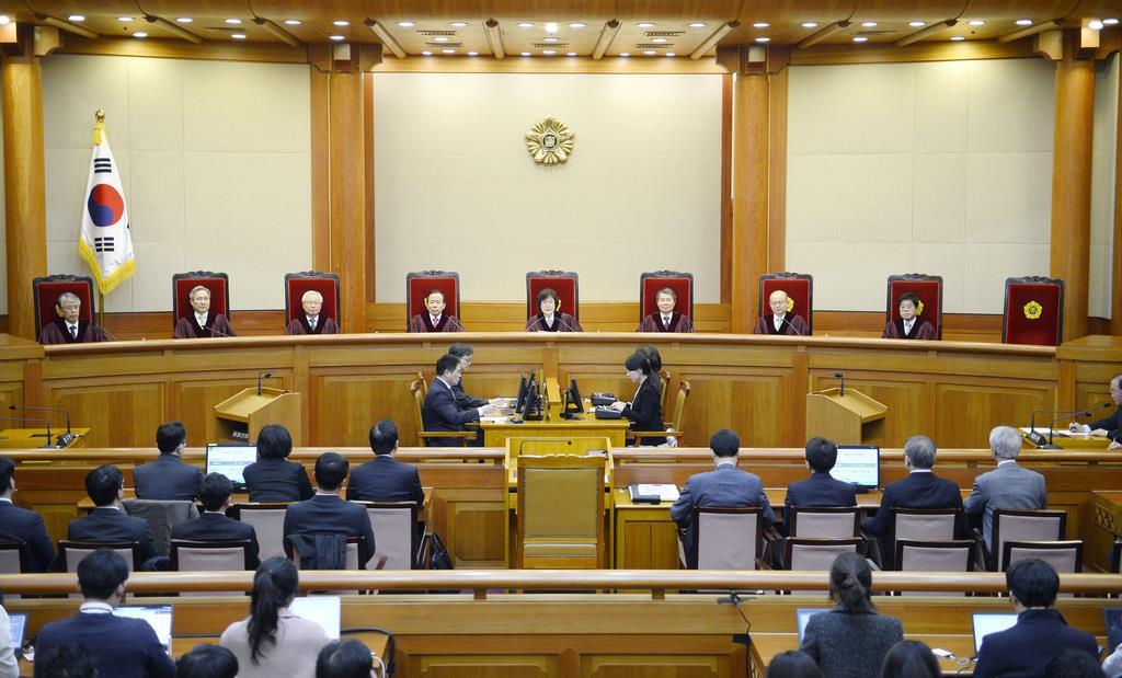 9人の判事が並ぶ韓国憲法裁判所の法廷(共同)