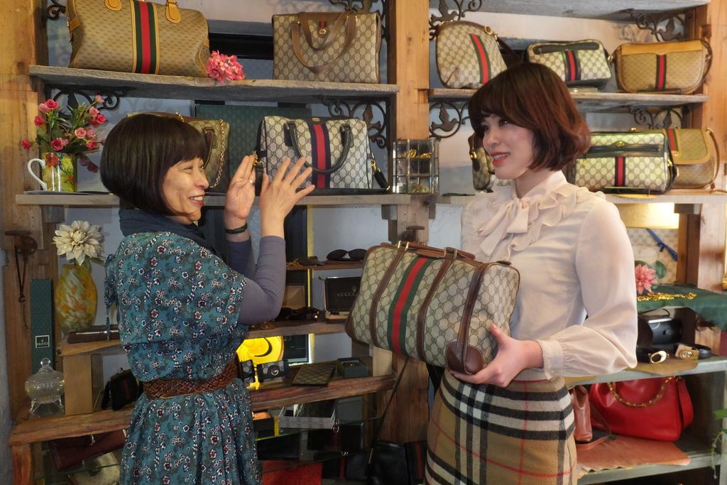 オールドグッチの魅力を発信する「ロココ」。左がオーナーの青木由美さん=東京都杉並区