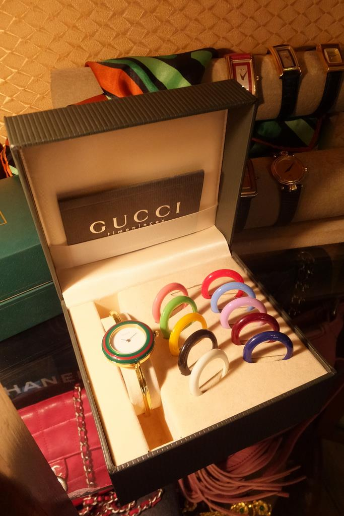 オールドグッチの時計も扱う。日本でも流行した「カメレオン」は、着せ替えの遊び心がうけた