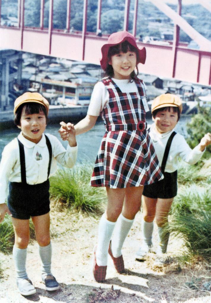 家族旅行で記念撮影した横田めぐみさん(中央)と双子の弟、拓也さん、哲也さん。兄弟は国内外を駆け回り拉致被害者全員の即時一括帰国を訴え続けている=昭和49年