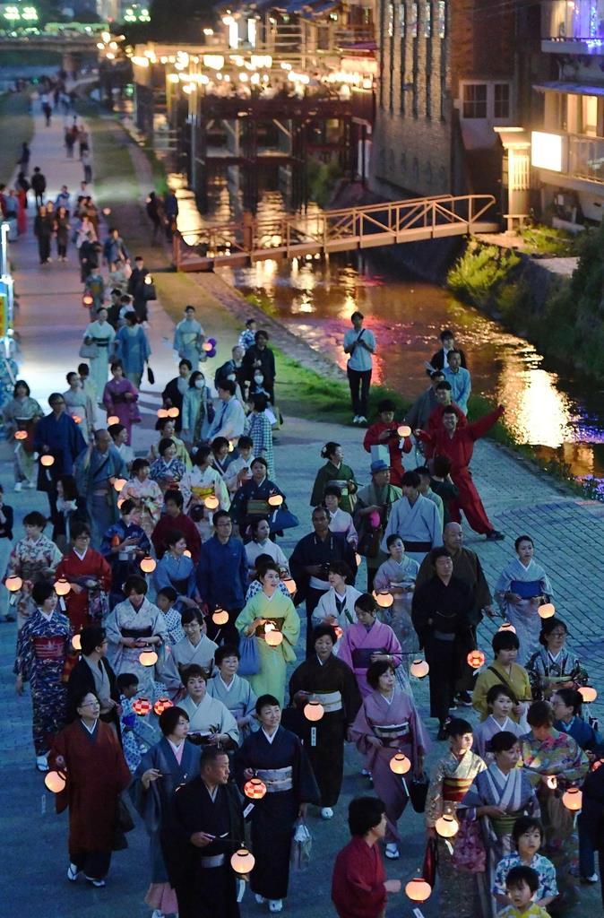 ちょうちんを手に鴨川沿いを練り歩く着物姿の参加者ら=5日午後、京都市中京区(永田直也撮影)