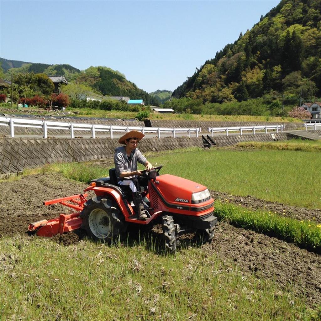 トラクターに挑戦する尼子さん