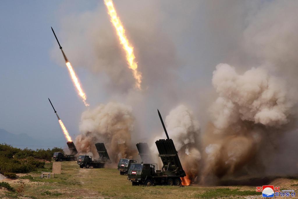 4日、北朝鮮の金正恩朝鮮労働党委員長が指導した火力打撃訓練の様子(朝鮮中央通信=共同)