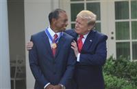 ウッズは感激の面持ち トランプ大統領から自由勲章