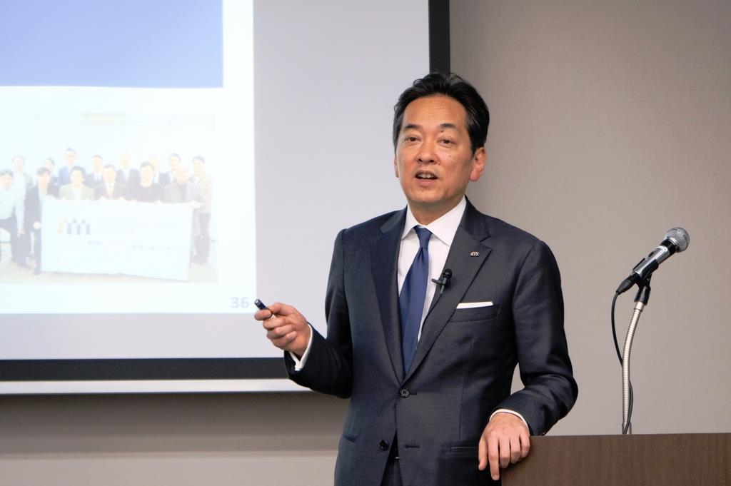 8日、東京・日本橋の会場で記者会見する、三越伊勢丹ホールディングスの杉江俊彦社長(日野雅子撮影)