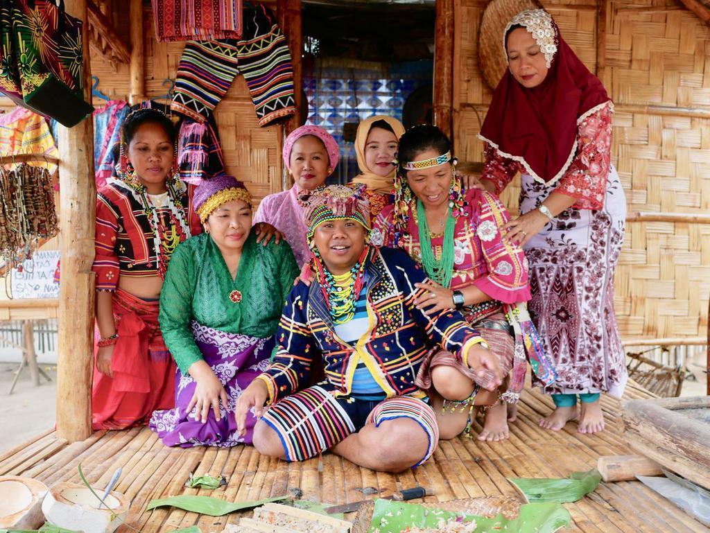 少数民族がそれぞれの民族衣装を着て、伝統料理を振る舞ってくれた。レモングラスなどハーブと地元の岩塩をまぶした地鶏を竹筒に詰め、炭火で豪快に蒸し焼きにした料理はとりわけ絶品!