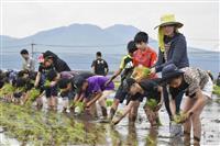 熊本地震で犠牲の息子思い田植え 遺族と児童ら交流