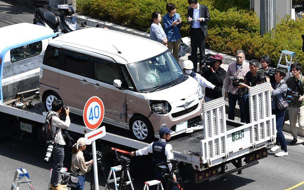 レッカーで運ばれる事故車両 =8日午後、大津市(永田直也撮影)