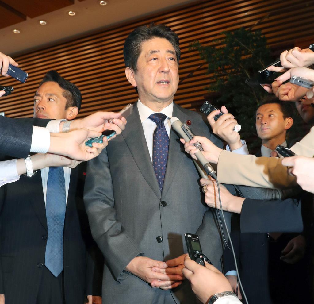 北朝鮮から飛翔体発射の情報を受け記者団からの問いかけに答える安倍晋三首相=9日午後、首相官邸(春名中撮影)