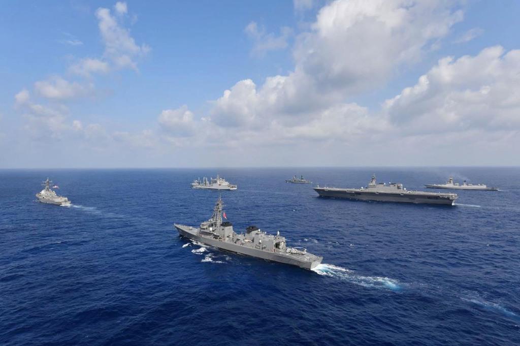 【日米印比共同巡航訓練】戦術運動を行う、(手前左から)「ウィリアム P.ローレンス」、「むらさめ」、(中央左から)「シャクシティ」、「いずも」、(奥左から)「アンドレス・ボニファシオ」、「コルカタ」(海上自衛隊提供)
