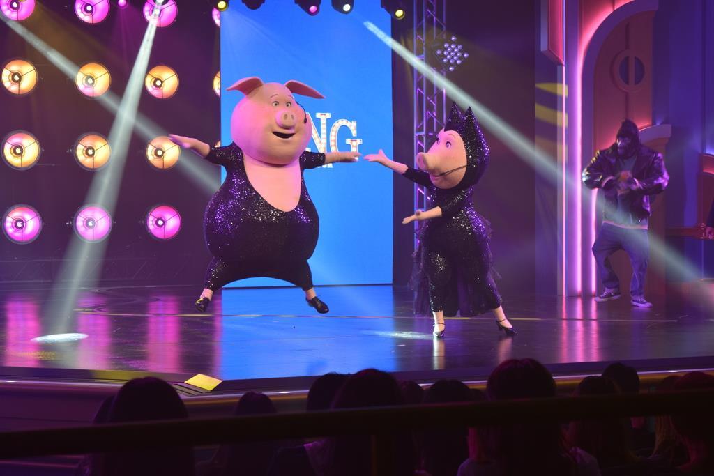 新アトラクション「SING ON TOUR」。映画のキャラクターたちがヒット曲を歌い上げる=大阪市此花区