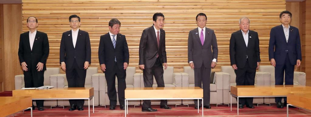 閣議に臨む茂木敏充経済再生担当相(左から3番目)=10日午前、首相官邸(春名中撮影)