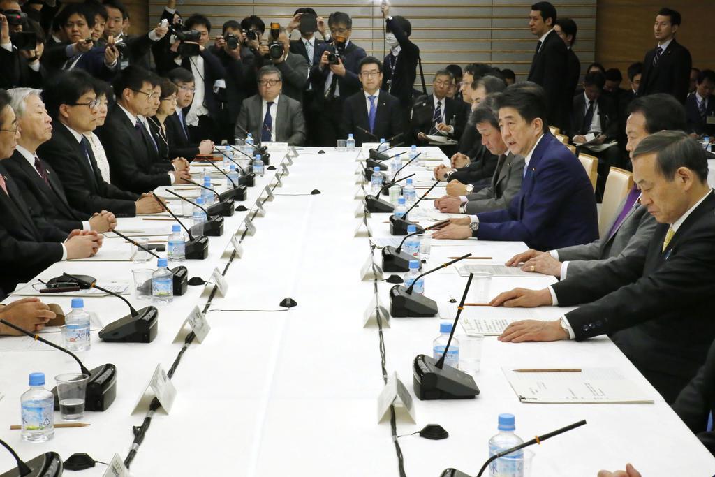 首相官邸で開かれた未来投資会議。業績悪化の地銀の統合についても話し合われた=4月3日