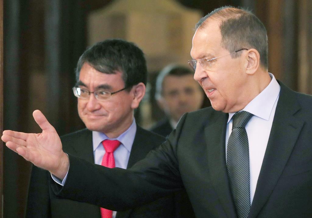 河野太郎外相(左)を出迎えるロシアのラブロフ外相=10日、モスクワ(ロイター)
