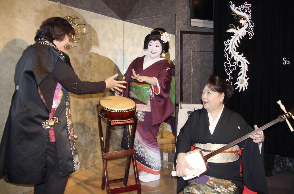 お座敷遊びの体験教室を開いた母まどかさん(右)とひさ乃さん(中央)=福井県あわら市のあわら温泉
