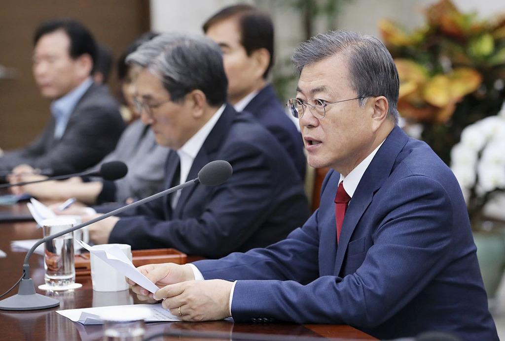 政府高官らを集めた会議に出席した韓国の文在寅大統領(右)=4月29日、ソウル(韓国大統領府提供・共同)