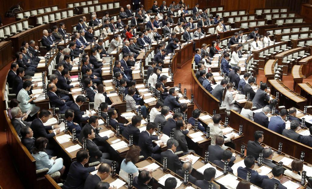 改正電気通信事業法を可決、成立した参院本会議=10日午前