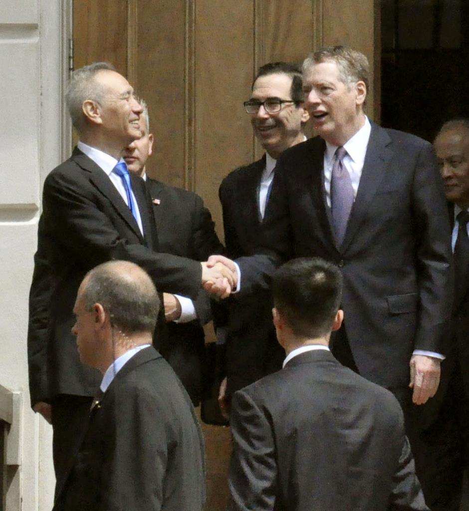 協議を終え、中国の劉鶴副首相(左)を見送るライトハイザー米通商代表(右)とムニューシン財務長官(中央)=10日、ワシントン(共同)