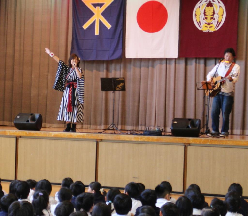 児童たちの前で歌を披露するシンガー・ソングライターの山口采希さん=大阪市大正区