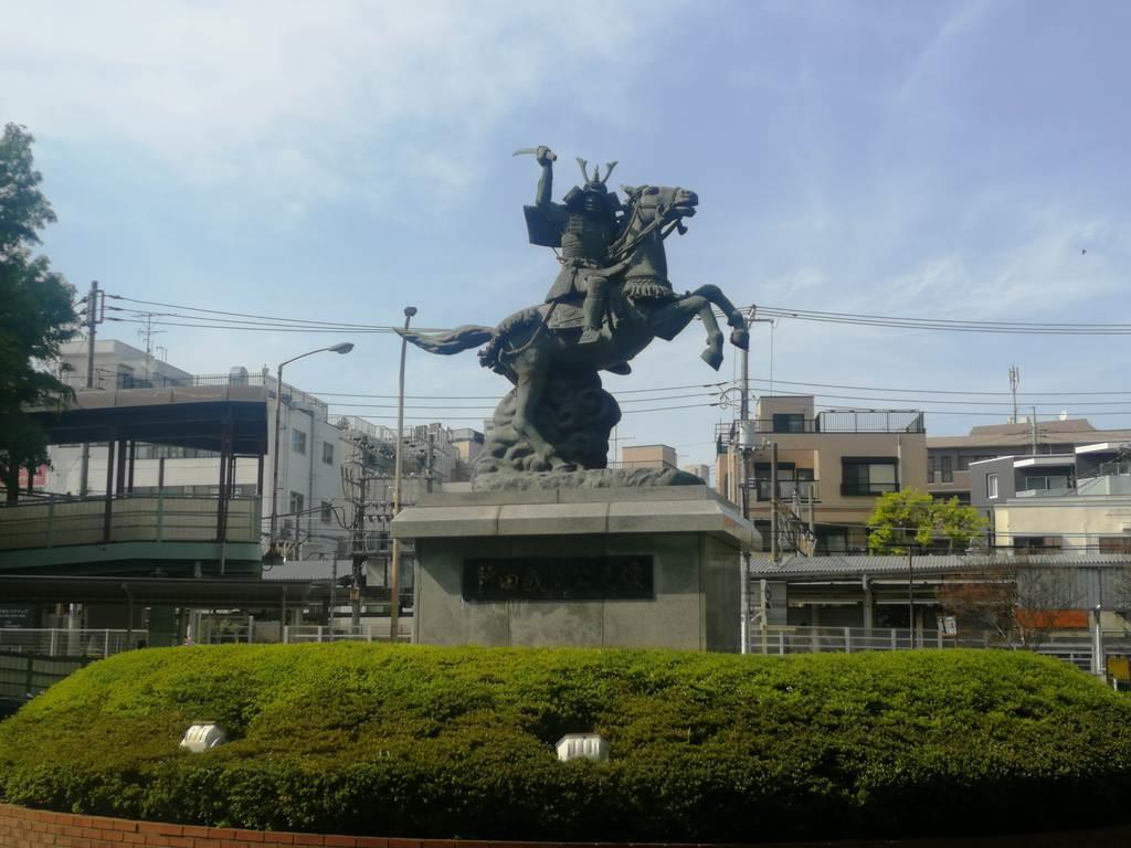京王線分倍河原駅の近くにある新田義貞像=府中市片町