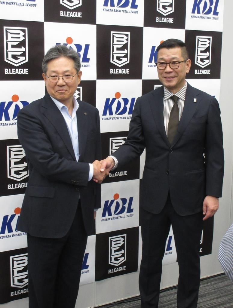 協定に調印後、握手を交わすBリーグの大河正明チェアマン(右)と韓国Kリーグの李廷大コミッショナー=11日、横浜アリーナ(奥村信哉撮影)