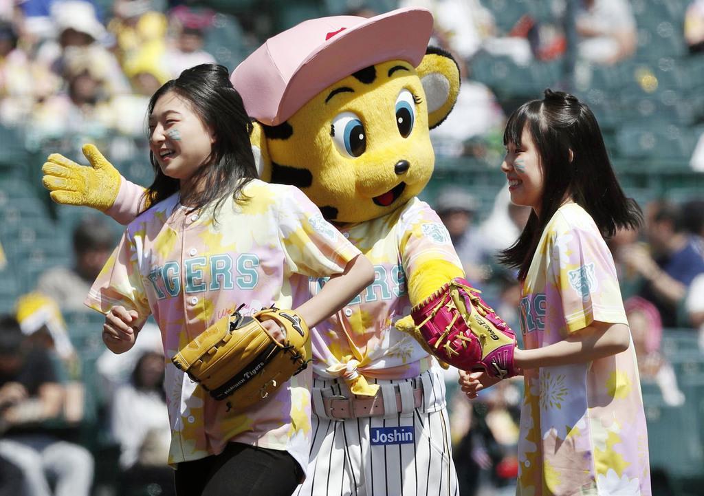 試合前のセレモニーに登場したフィギュアスケート女子の坂本花織(左)と三原舞依=甲子園