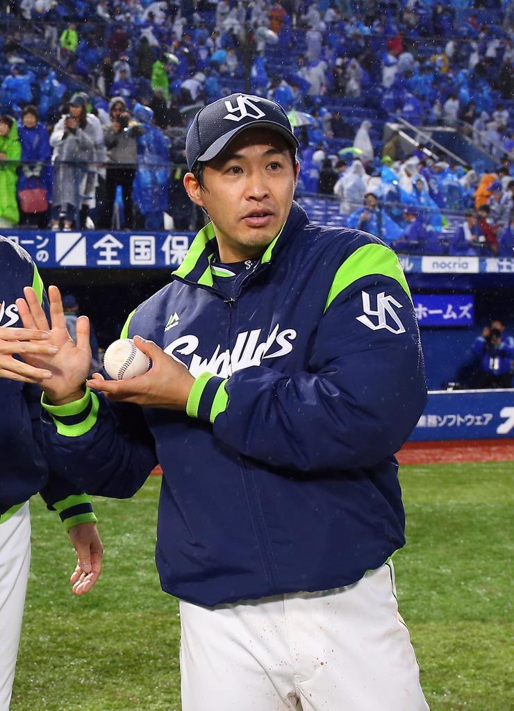 4月30日のDeNA戦で5勝目を挙げ、ウイニングボールを受け取ったヤクルトの五十嵐亮太=横浜スタジアム(撮影・長尾みなみ)