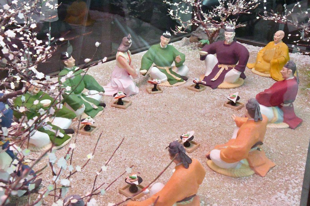 万葉集に残る大伴旅人が催した「梅花の宴」を博多人形で再現したジオラマ=福岡県太宰府市