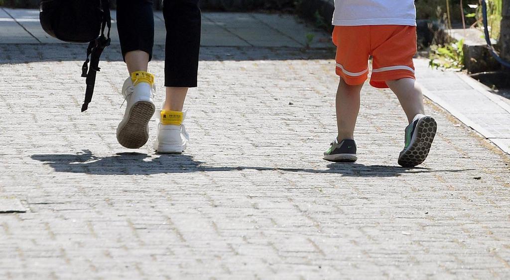 大津で園児の列に車突っ込む・保育園が再開 事故にあった園児が通っていた「レイモンド淡海保育園」が再開し、登園する園児と保護者ら=13日午前、大津市