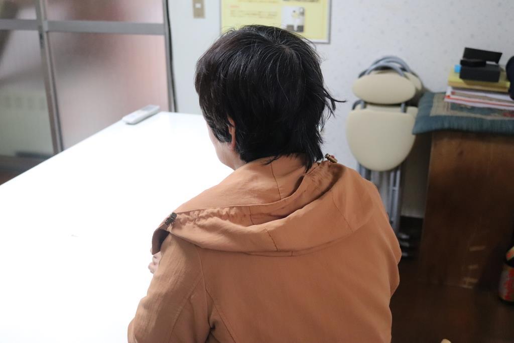 長男が十数年間、ひきこもり生活を続けている松江みやこさん(仮名)=4月、京都府(小川恵理子撮影)