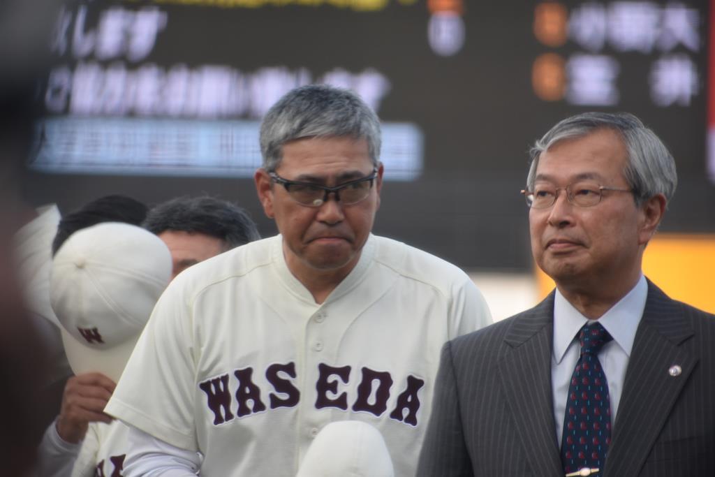 早大・小宮山悟監督(左)は、立大から勝ち点を奪ってV戦線に残り、次の法大戦への準備に入る=13日、神宮球場(赤堀宏幸撮影)