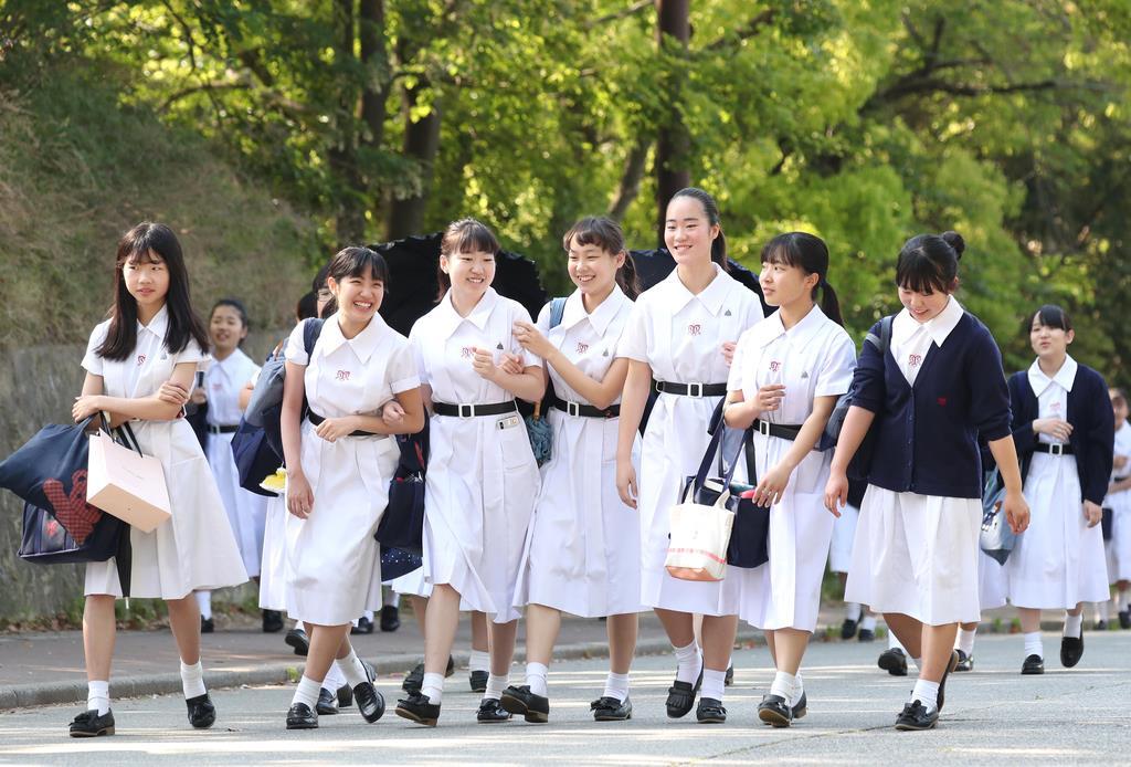 衣替えをし半袖姿で登校する松蔭中学・高校の生徒ら=13日午前8時11分、神戸市灘区(鳥越瑞絵撮影)