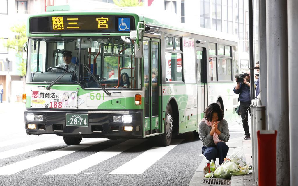 JR三ノ宮駅前で2人が死亡した市営バス事故の現場付近で、手を合わせる人=神戸市