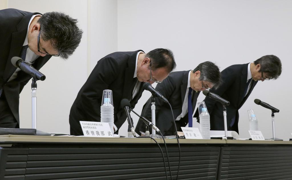 決算会見で一連の不祥事について陳謝する大和ハウス工業の芳井敬一社長(左から2人目)ら=13日、大阪市