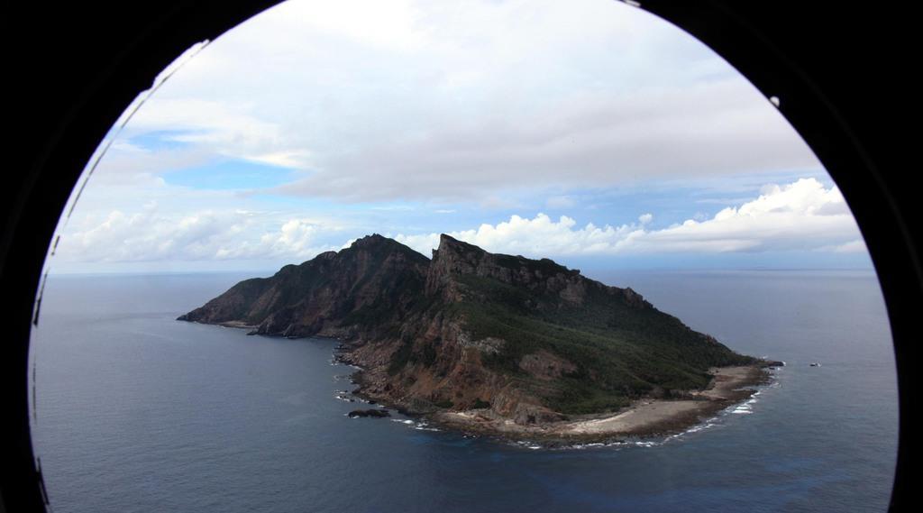 尖閣諸島を含む東シナ海上空。海上自衛隊の哨戒機P-3Cから=沖縄・尖閣諸島(鈴木健児撮影)