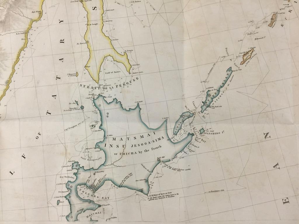 英国の地理学者兼地図製作者、アーロン・アロースミスが1811年に作製した「日本、クリール(千島)列島」地図。択捉島以南の北方四島が北海道と同じ青色で日本領とされている(英国立公文書館所蔵、岡部伸撮影)