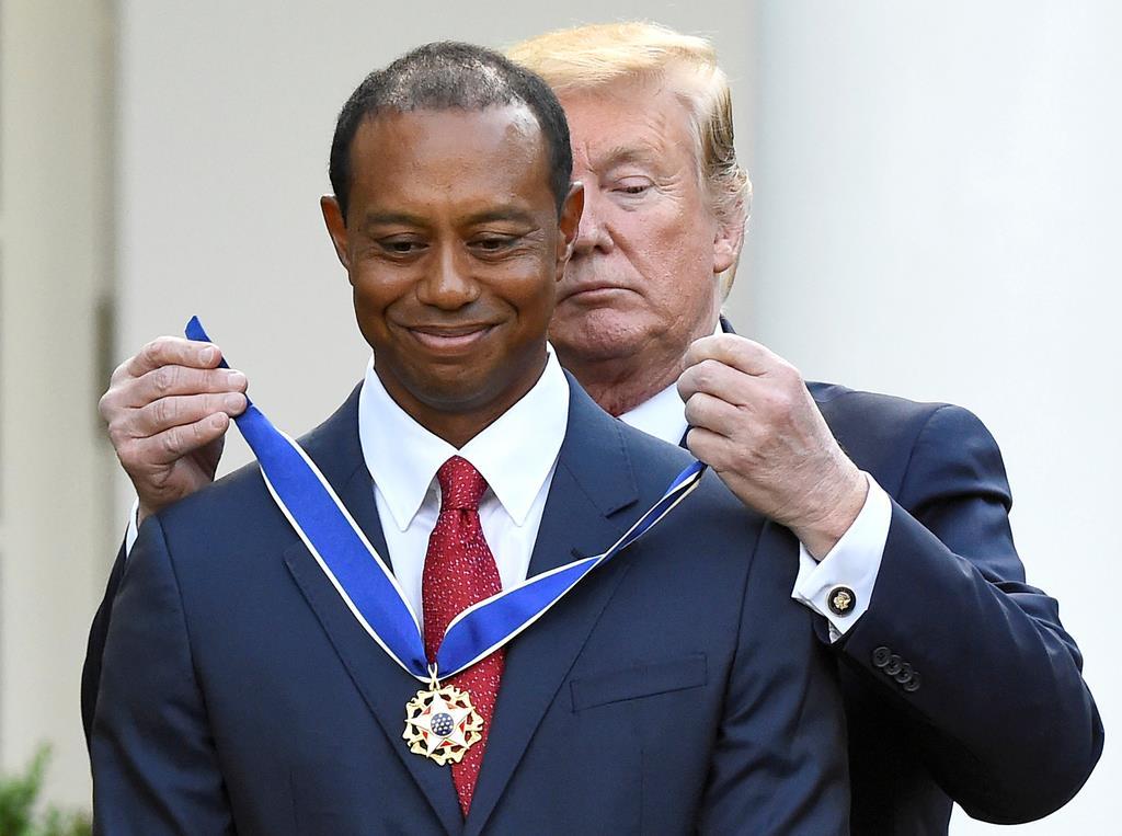 トランプ米大統領から勲章を贈られたタイガー・ウッズ=6日、ワシントン(ロイター)