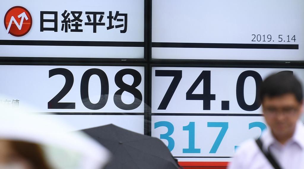 大幅続落し2万1000円台を割り込んだ日経平均株価を示すボード=14日午前、東京都中央区(寺河内美奈撮影)