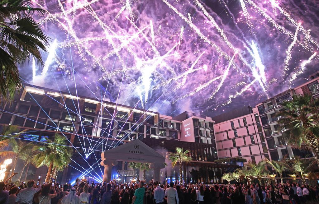 シーザーズ・ブルーウォーターズ・ドバイの本格開業を祝う式典は、多くの招待客が詰めかける中、華やかに行われた