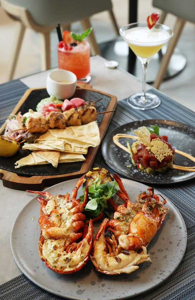 ロブスターやシシカバブなど、魚介や肉のグリルが楽しめるレストラン「サンドバー」の料理
