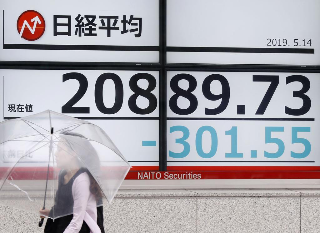 2万1000円を割り込んだことを表示するモニター=14日午前、東京都中央区