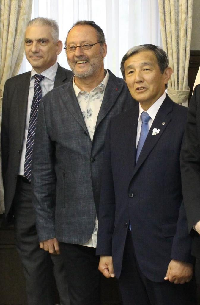 和歌山県庁で仁坂吉伸知事(右)と面会したジャン・レノ氏(中央)=14日午後