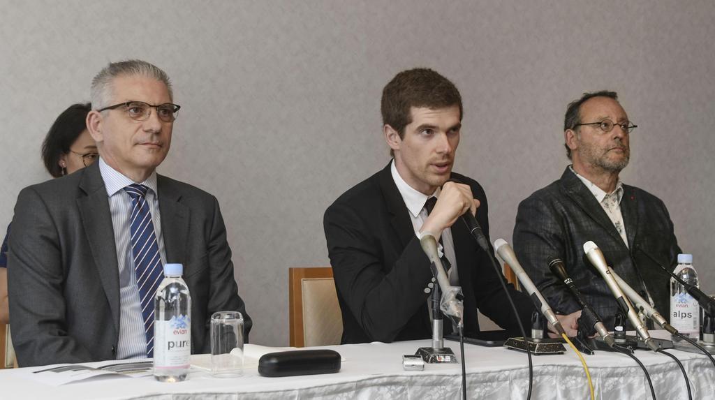 記者会見に臨む、フランスのIR事業者「グループ・ルシアン・バリエール」のジョナタン・ストロックさん(左)ら。右はジャン・レノさん=14日、和歌山市
