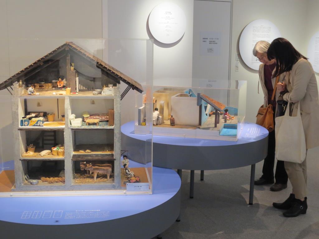 10分の1で再現された伝統的家屋の模型を見学する来場者=大阪市北区