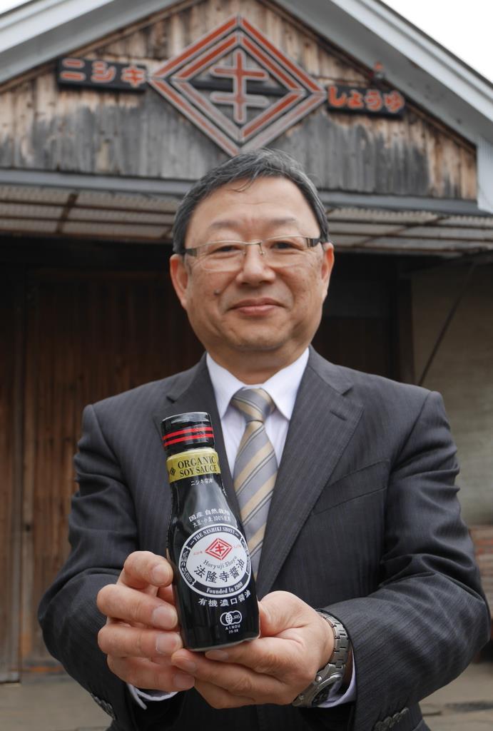 法隆寺醤油をアピールする大方豊社長=奈良県斑鳩町