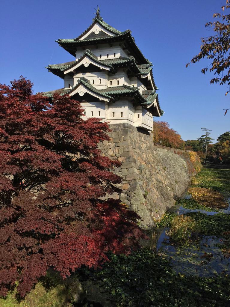 弘前城天守。石垣を修復するため、現在はそのままの姿で本丸中心部に移されている(いずれも筆者撮影)