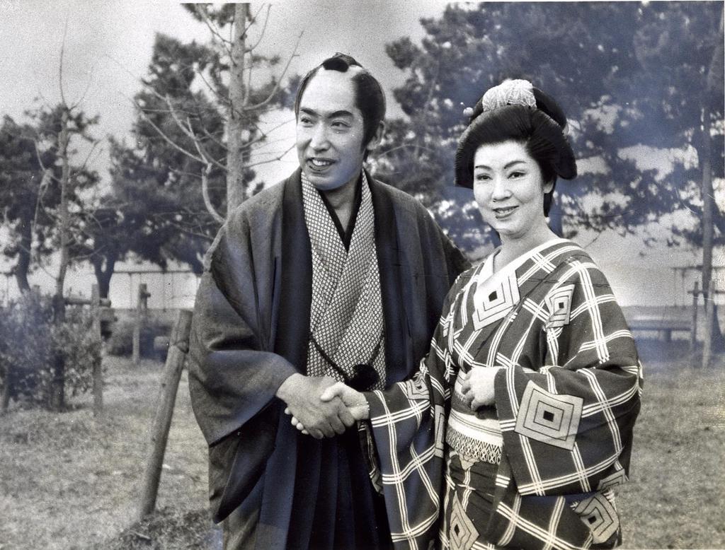 (左から)握手をする藤田まことさん、京マチ子さん