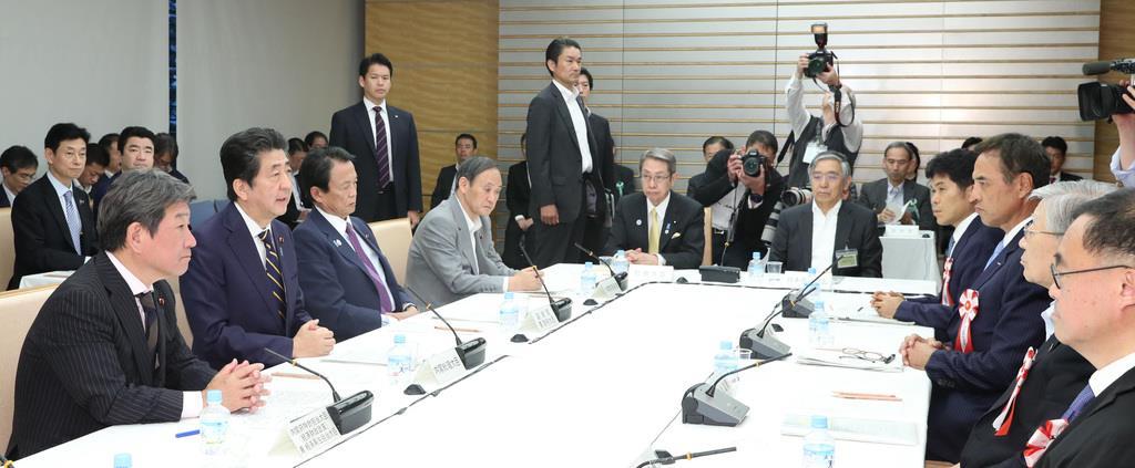 経済財政諮問会議で発言する安倍晋三首相(左手前から2人目)=14日午後、首相官邸(春名中撮影)