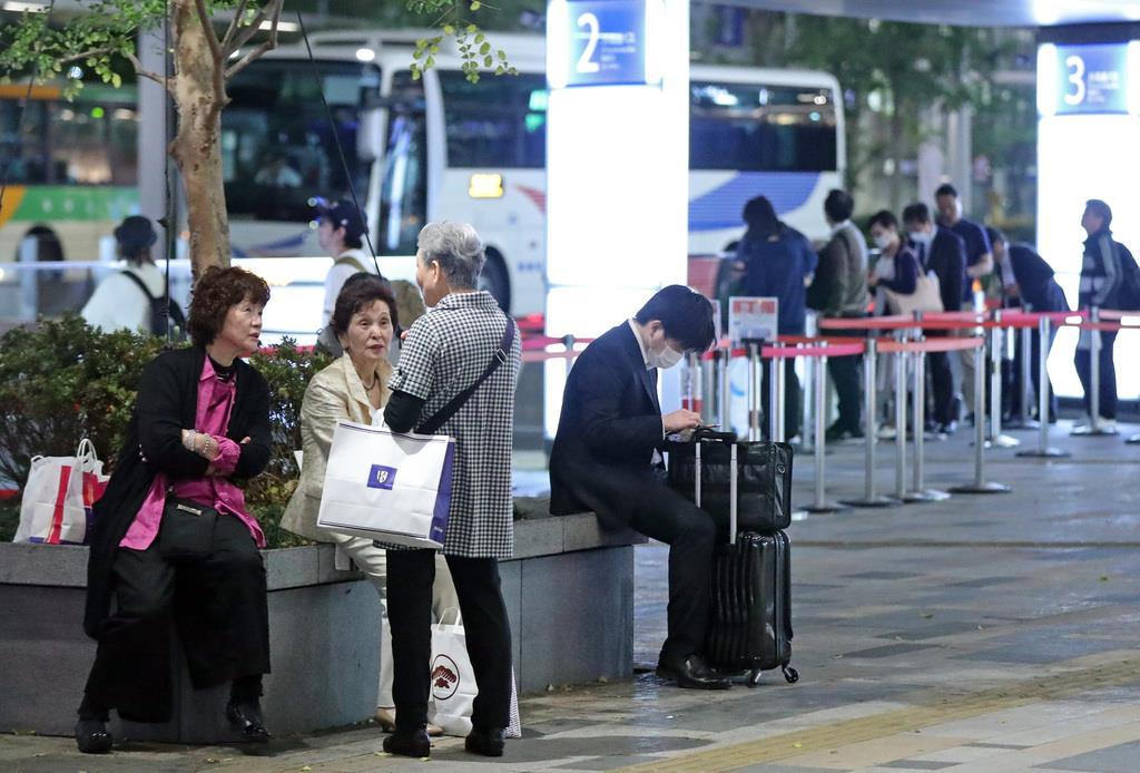 待合室が手狭で、歩道上でバスを待つ人たちがみられる東京駅八重洲側の高速バスターミナル=4月23日夜、東京都千代田区(桐原正道撮影)